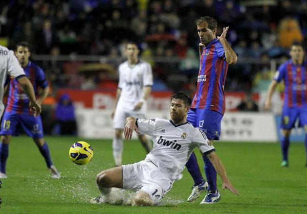 Dos ex-compañeros en la Real, Xabi Alonso y Barkero, pugnan por el balón ayer en el encharcado césped del Ciutat de Valencia. Foto: Marca.