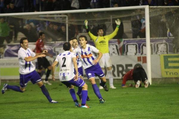 Beobide celebra su gol, que otorgó tres importantes puntos al Alavés. Foto: El Correo.