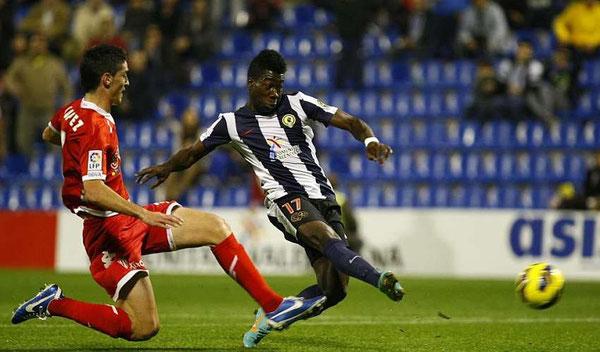 Sarpong se dispone a marcar el gol del empate ante el Sporting. Foto: Marca.