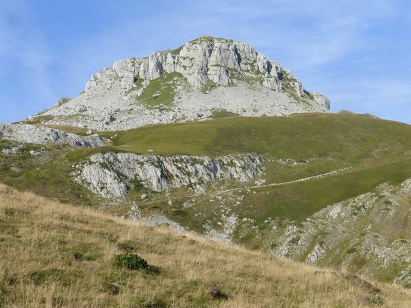 Le Mailh Massibé domine le monde pastoral de la Montagne de Bésur.