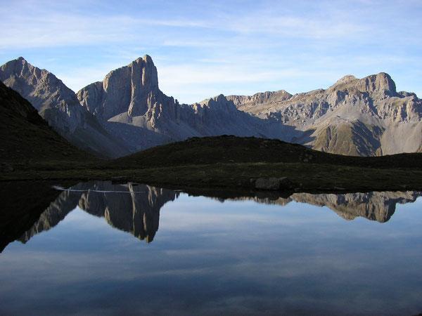 Les aiguilles d'Ansabère et la Table des Trois Rois se mirent dans le Lac d'Ansabe.