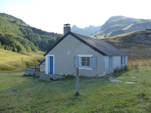 La Cabane d'Arrioutort et en toile de fond les escarpements du Montagnon d'Iseye et du Pic Lasnères.