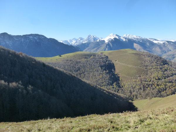 Le Col de Bergout au deuxième plan, vu du Cap de la Coste, et en toile de fond le massif enneigé du Pic d'Anie.