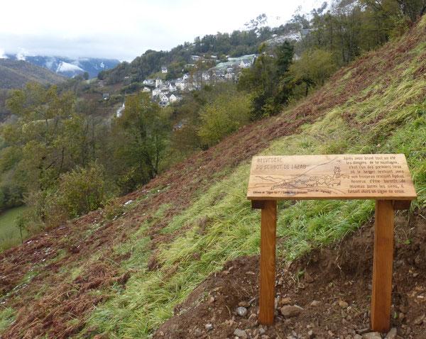 Indiqué au départ d'Aydius comme Belvédère de l'Oratoire, voici donc ce site aménagé, offrant une interprétation du geste révolu du berger rentrant de sa montagne.