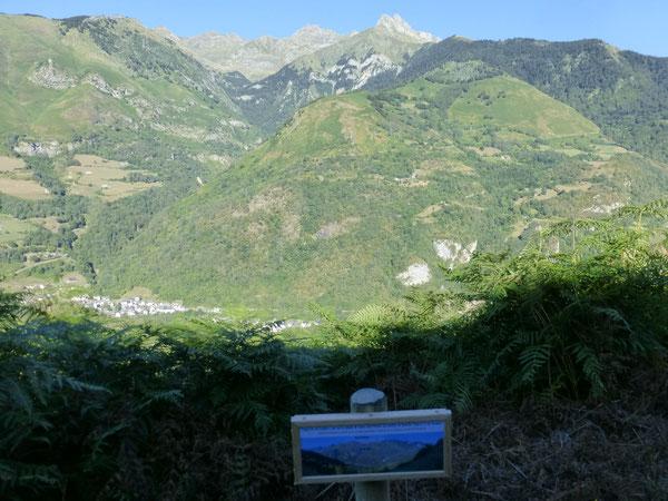En haut du circuit du Bialaa dans la Fougeraie du Cambet, le point de vue sur le versant sauvage d'Etsaut.
