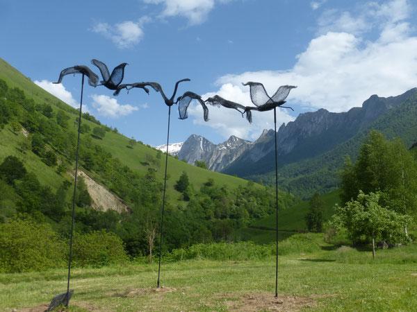 Quelques oeuvres parsèment le chemin derrière le Poey : Oiseaux de passage d'Eleanor Stride.