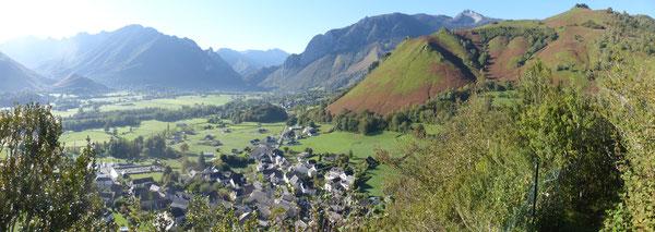 Le rude effort pour se hisser au sommet du Castèth est récompensé par une belle vue sur le Vallon et ses alentours.