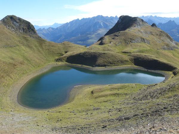 Le Grand Lac du Montagnon d'Iseye en forme de cœur est lové dans un ancien cirque  glacaire.