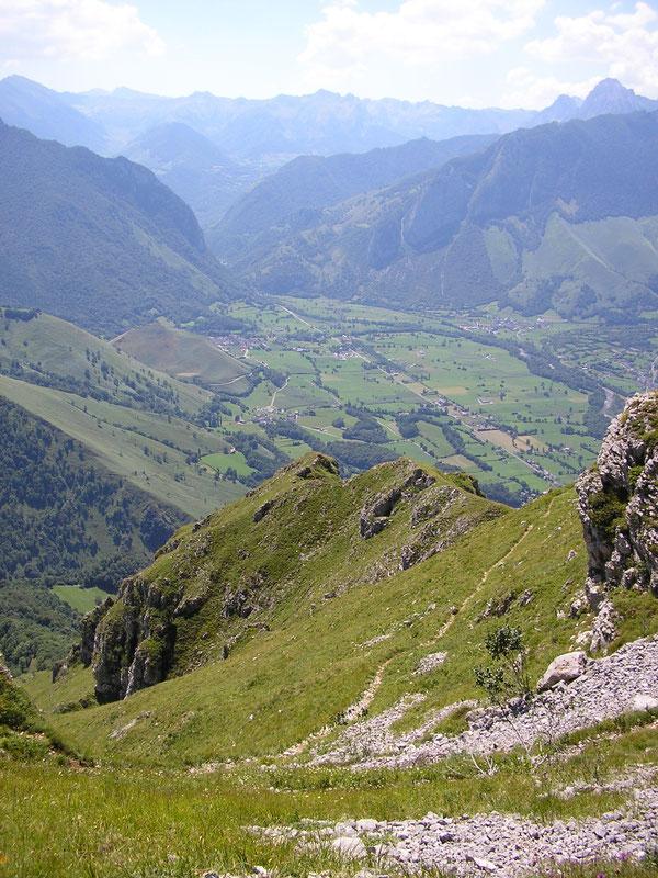 Au retour sous le Plateau d'Ourdinse, la sente aérienne traverse les pentes Sud au-dessus du Mailh Abor.