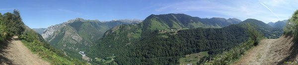 L'autre face du Cirque de Lescun embrasse les montagnes de la Haute Vallée d'Aspe d'un regard de velours vert...