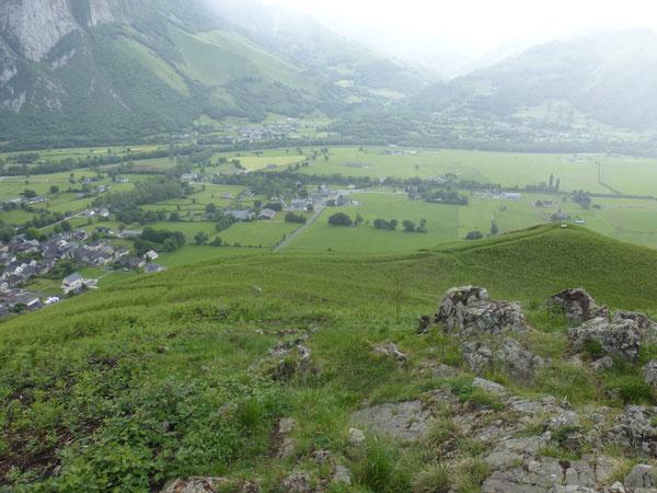En vigie au-dessus du Vallon, le Poey est maintenant accessible par un beau chemin dont les nombreux lacets  adoussisent son approche.