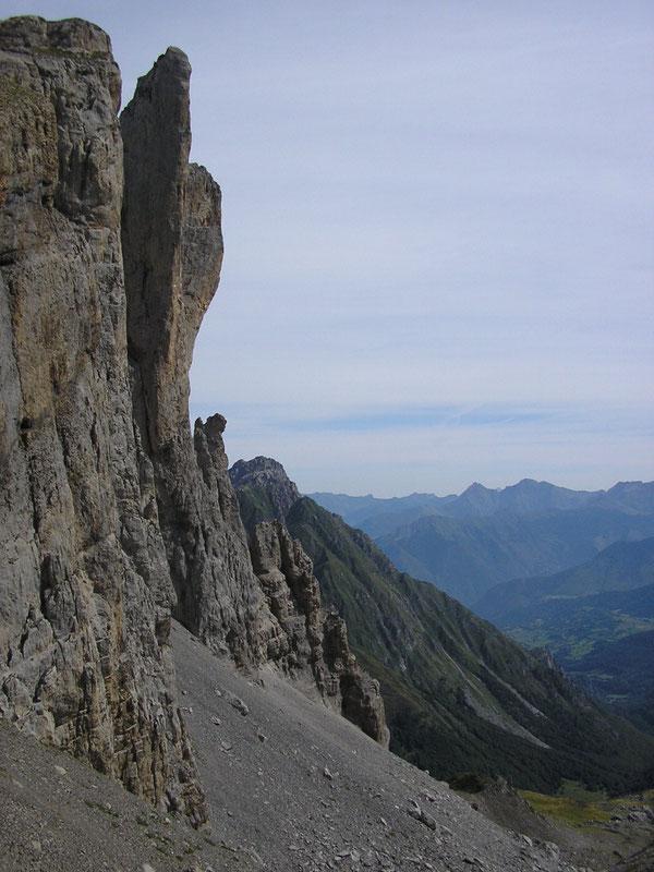 Le défi surplombant du Sigolo d'Ansabère, vu depuis les rocailles du Col de Pétragème.