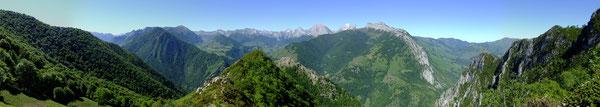 Le Panorama étendu depuis le Pic Narbissat : le Massif d'Aspe, le Labigouer, le Cirque de Lescun, jusqu'au Layens par l'ouverture du défilé d'Esquit.