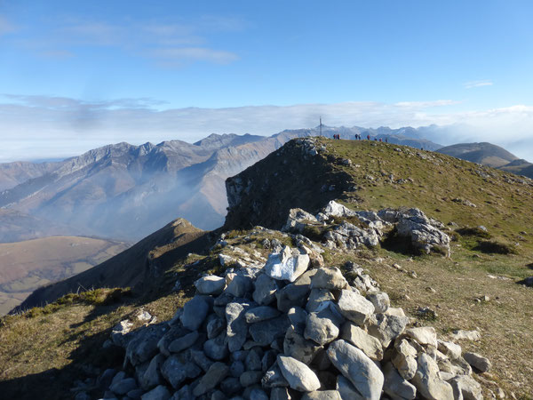 Depuis le cairn du sommet occidental, la vue est somptueuse ; prendre toutefois garde aux à-pics du versant Nord.