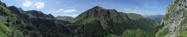 Depuis le Sentier du Pas de l'Echelle de fer d'Estaëns les sommets d'Espélunguère déroulent leur tapis vert et rouge.