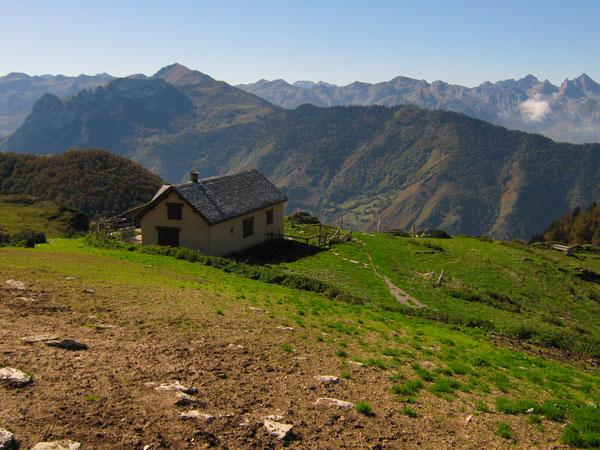 Les Cabanes de Narbèze sont bâties à la pointe d'un tertre ensoleillé, face à la haute vallée et au Cirque de Lescun.