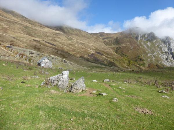 La Cabane Laiterine au milieu des vastes étendues de la Montagne d'Iseye.