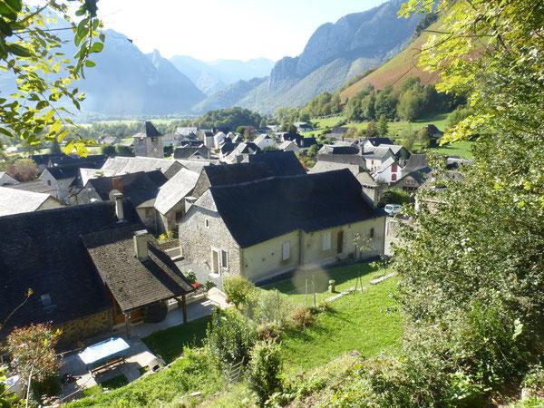 Depuis le sentier du Balcon, une vue raprochée sur les toitures d'ardoise et les jardins d'Osse-en-Aspe.