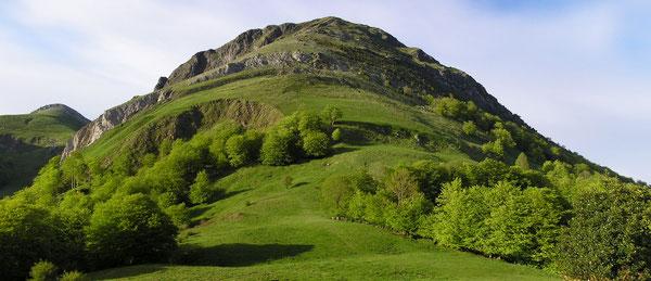 """La face sud du Turon d'Aurey, familièrement appelé """"Trône du Roi"""" nargue le randonneur depuis le Col de Laünde ; mais attention, pentes très redressées et glissantes, seulement pour montagnard averti !"""