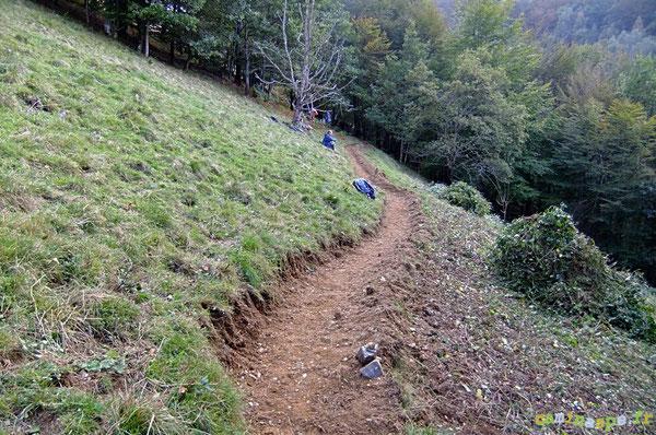 Le petit serpentin de terre pioché par les bénévoles dès la première journée : 63 m au compteur et un bon paquet de ronces fauchées !