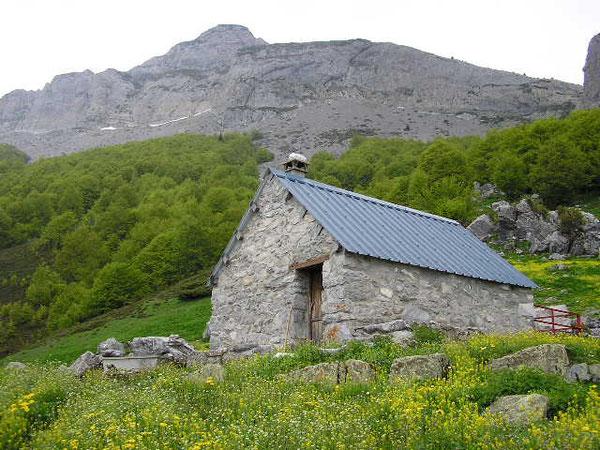 La Cabane du Boué, propriété de la Commune de Lées-Athas, dominée par le Malh d'Eygarry.