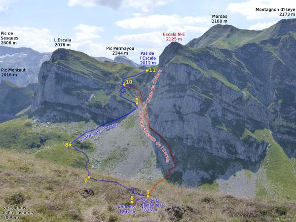 Vu du Pic de Lasnères, le passage de l'Escala paraît à travers les barres rocheuses : par sécurité, rester sur le sentier balisé, sur l'ancien cheminement pastoral restauré en juillet 2020, et indiqué en bleu à gauche de l'image.