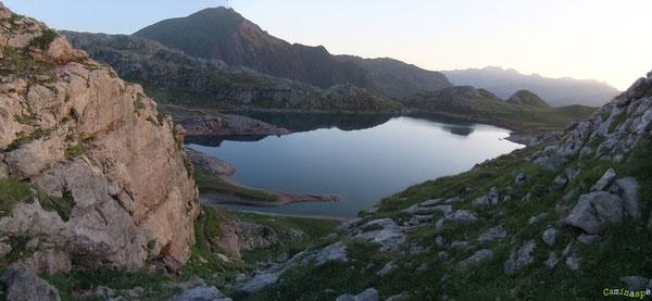 A l'aube des grands matins, le Lac d'Estaëns bivouaque déjà en terre d'Aragon.