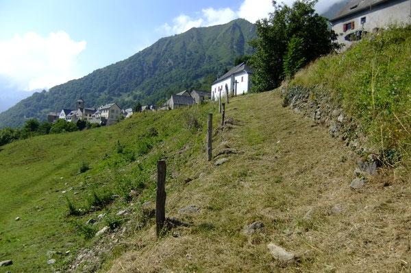 Le Chemin vieux d'Eygun à Cette, bordé d'une murette en pierres séches, se raccorde en haut à la route menant au village de Cette.