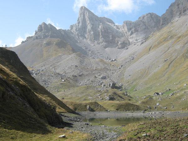 Le Lac de Lhurs tapisse le fond d'un cirque glaciaire dominé par la proue de la Table des Trois Rois..