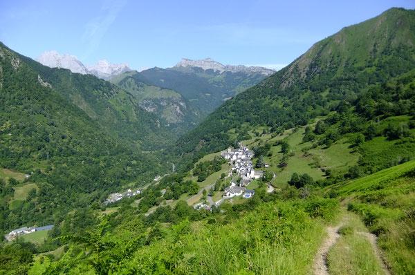 Vue sur le Cirque de Lescun et les deux villages de Cette et Eygun depuis la piste de la prise d'eau.