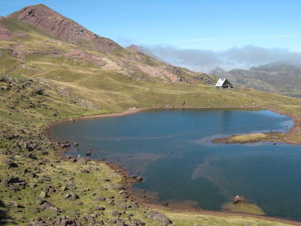 Le Lac et le Refuge d'Arlet, dominés par le Pic d'Aillary.