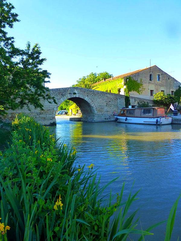 Le Somail, pont en dos d'âne sur le Canal du Midi classé UNESCO