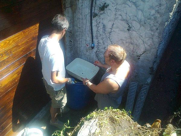 26 agosto, zio Marco e zio Giovanni fanno un lavandino su misura, a mano!