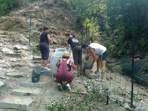 25 agosto, zia Eli, zia Moni, zia Vale puliscono per bene i gabbioni ! Zio Marco prepara il fondo su cui mettere le reti