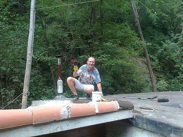 25 agosto, zio seba dà il bitume liquido sul tetto