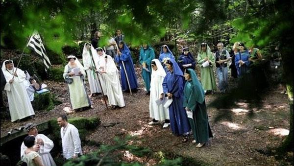 Beaucoup de personnes s'intéressent aux religions celtiques ou druidiques caractérisées par les anciennes croyances païennes et la magie. On observe un engouement pour le néopaganisme et le néochamanisme, retour à la nature, communication avec les esprits