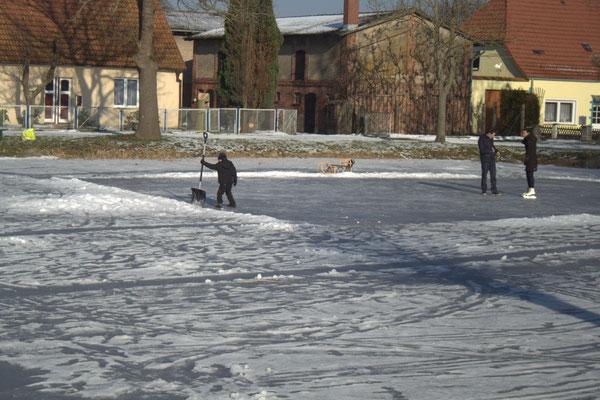Eislauffreuden auf dem Dorfteich in Stolpe.