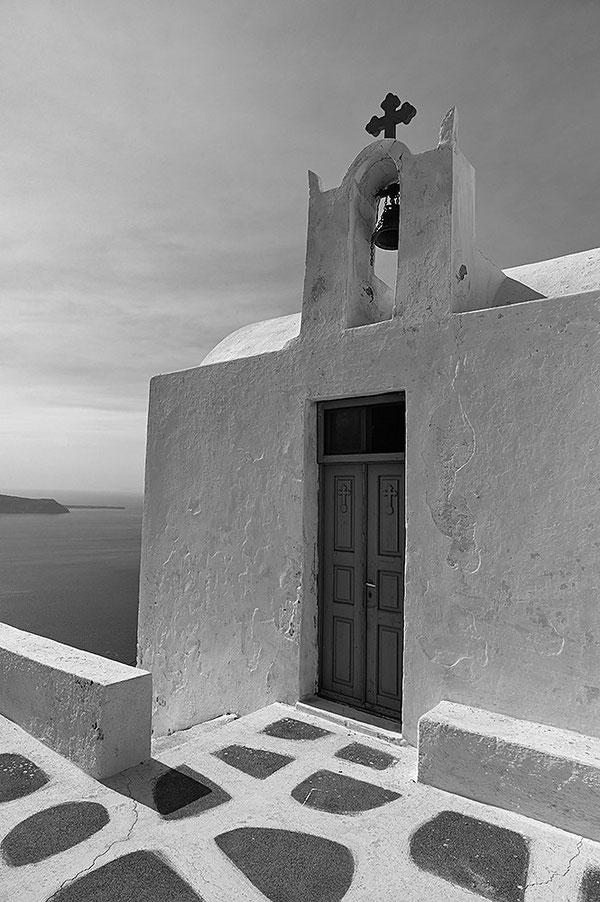 Kapelle am Skarosfelsen bei Imerovigli auf Santorini. Leica M9 mit 35er Biogon ZM. Foto: Klaus Schoerner
