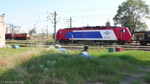 A 201 (links) und 220 033 im Rangierbahnhof Thessaloniki (10. Juni 2007)