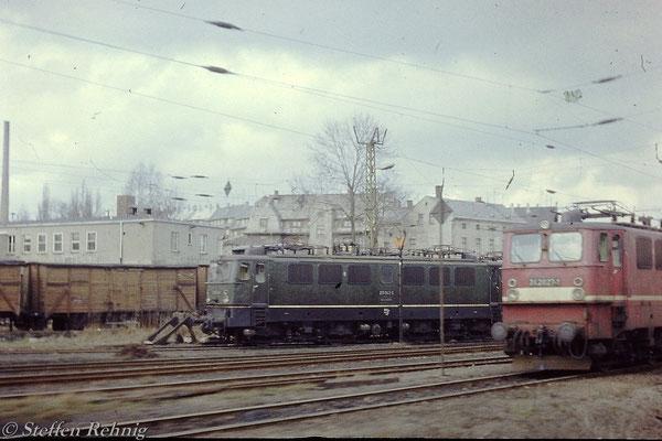 211 043-5 und  242 027-1 im Bw Reichenbach oberer Bahnhof (1984)