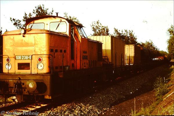 106 238-9 mit dem planmäßigen Güterzug Basdorf - Oranienburg auf der Verbindungsbahn Wensickendorf - Fichtengrund (Berliner Nordring) (1987)
