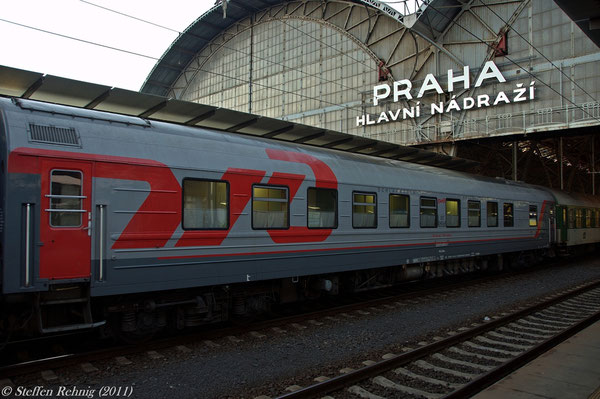 "RZD Schlafwagen 522070-80243-7 (017 04568) Moskva - Cheb am R 606 ""OHRE"" in Praha hl.n. (2. September 2011)"