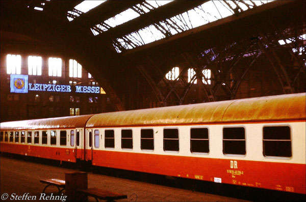 """Städte Express Ex 166 """"LIPSIA"""" mit neuen Halberstädter Wagen und alten Blech Zuglaufschildern in Leipzig Hbf (1983)"""