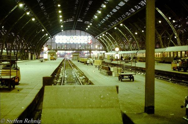 Abends in Leipzig Hauptbahnhof Gleis 15 - Warten auf den verspäteten Städteexpress Ex 107 nach Gera, links auf Gleis 13 steht D 457 Frankfurt/Main - Frankfurt/Oder (1983)