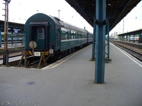 """Abgestellter RZD Schlafwagen Moskau - Belgrad (Ankommend von D 15 """"TISZA"""", Weiterfahrt im IC 345 """"AVALA"""") in Budapest Keleti (Juni 2006)"""