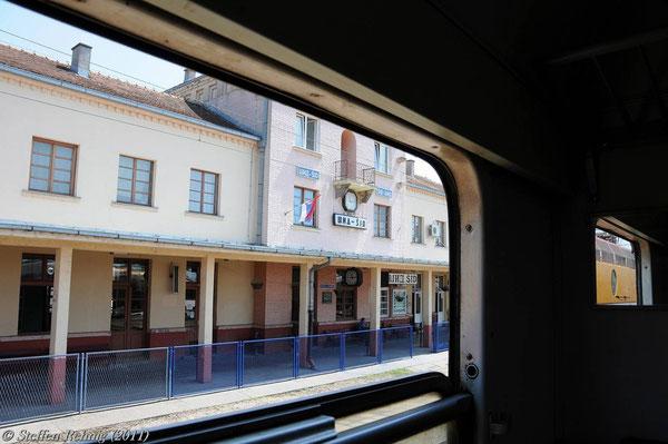 .... danach wird eine Zuglänge am gleichen Bahnsteig vorgezogen zur serbischen Pass- und Zollkontrolle