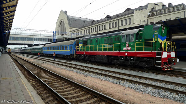 """ЧМ 33-5516 beim Beistellen des Kurswagen Kiew-Budapest auf den Zug S 15 """"TISZA"""" in Kiev Pass./Київ (18. Mai 2012)"""