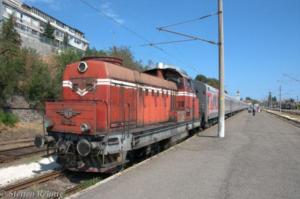 BDZ 55 147.3 zieht den G 1471/S 059M vom Bahnhof Burgas in die Abstellanlage
