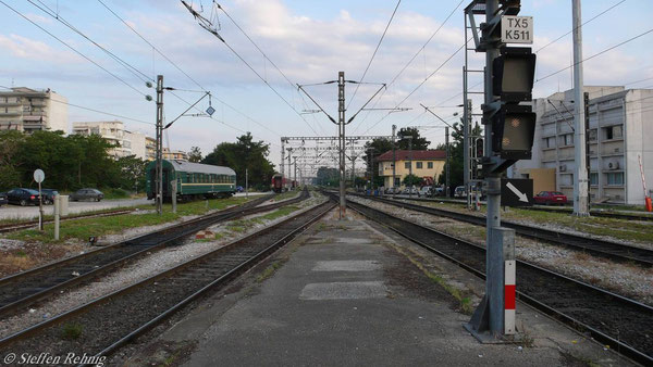 Zug 604 Athina-Dikea wird nach seiner Ankunft in Thessaloniki komplett vom Bahnsteig zum Beistellen des RZD-Schlafwagen herausgezogen ....