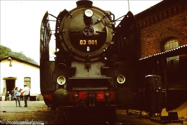 """03 001 auf der """"Ausfahrt"""" im Lokbahnhof Greiz (1990)"""